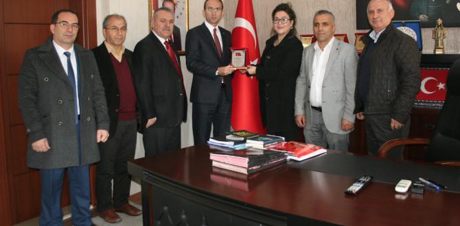 Kaymakam Sarıdoğan'a Plaket ve Hediye